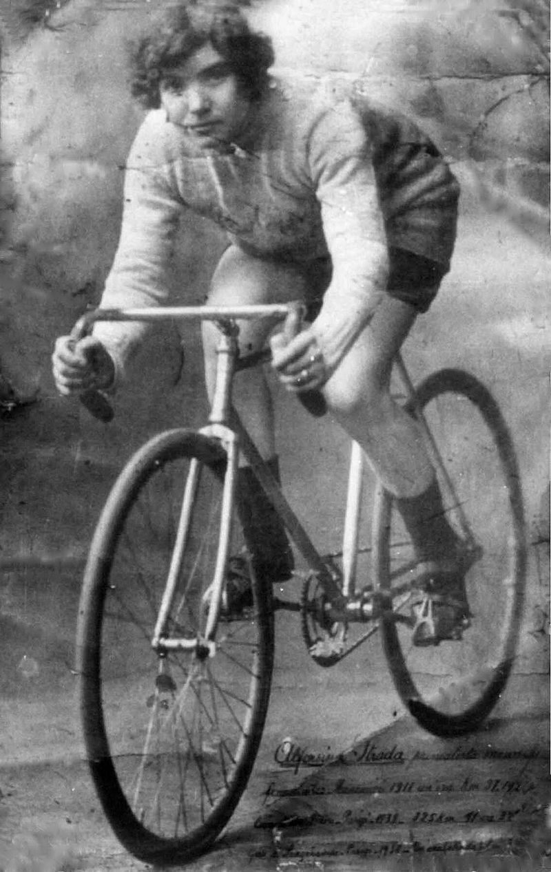 Alfonsina Strada, the Devil in a Dress or Queen of the Cranks
