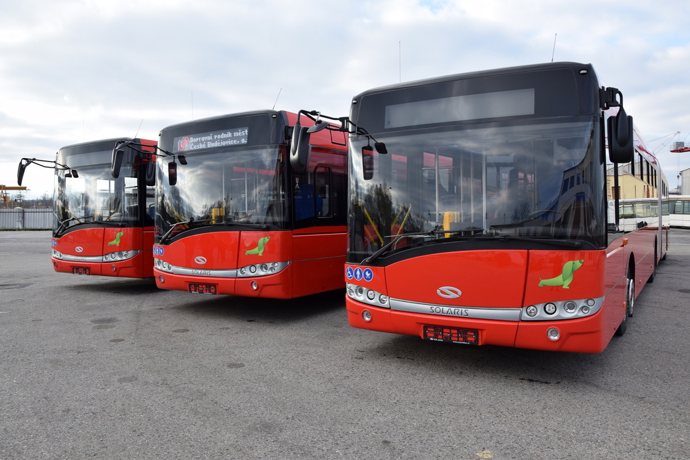 Pohled na trojici nových přírůstků v autobusových garážích DPMČB. (foto: DPMČB)