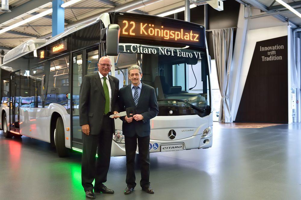 Symbolický klíč k prvnímu Citaru NGT si převzal šéf autobusového provozu Augsburger Stadtwerke. Město odebere celkem 13 článkových vozů. (foto: EvoBus)