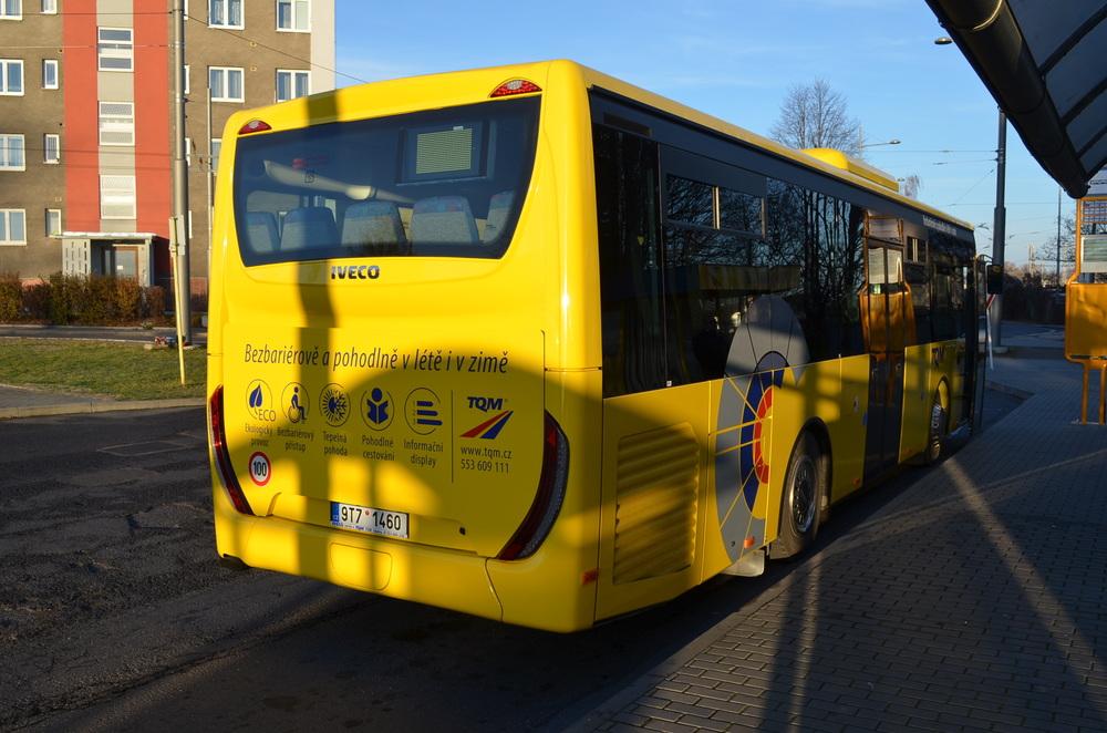 Autobusy jsou mj. v zadní části opatřeny novým polepem dle manuálu Moravskoslezského kraje (za zadní nápravou) a nálepkami společnosti TQM. (foto: TQM - holding s. r. o.)