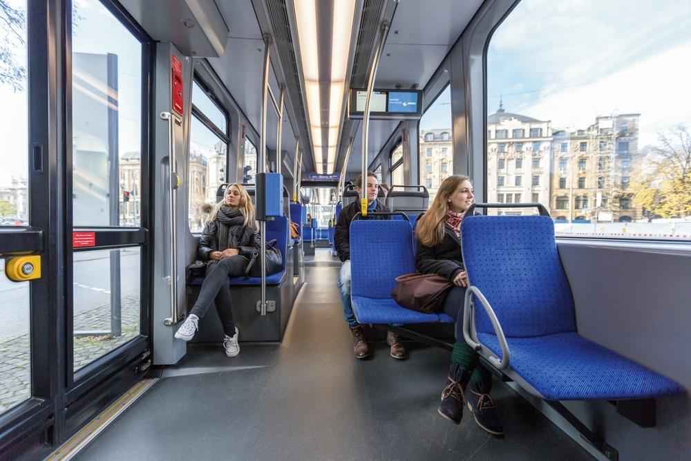 Unikátní řešení podvozků s tzv. skupinovým podélným pohonem umožňuje u vozů Avenio umístit i do prostoru nad koly dvojici sedadel vedle sebe. Podlaha směrem k podvozkům mírně stoupá pomocí plošinek a ke čtveřici sedadel je nutné překonat malý schůdek. (foto: Siemens)