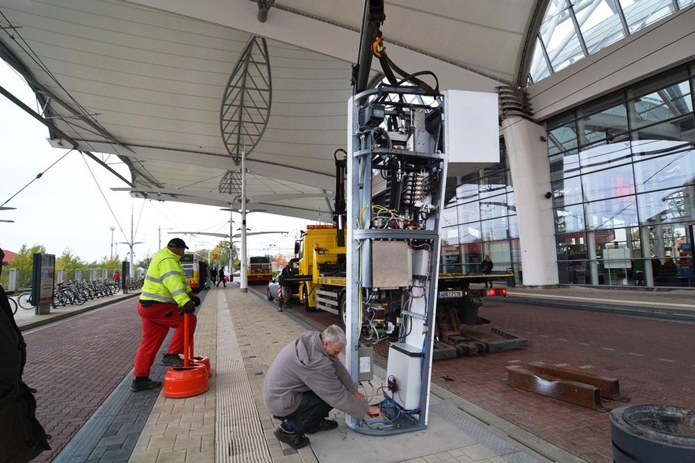Příprava nabíjecího stojanu na nástupišti A1 na terminálu hromadné dopravy. (foto: DPMHK)
