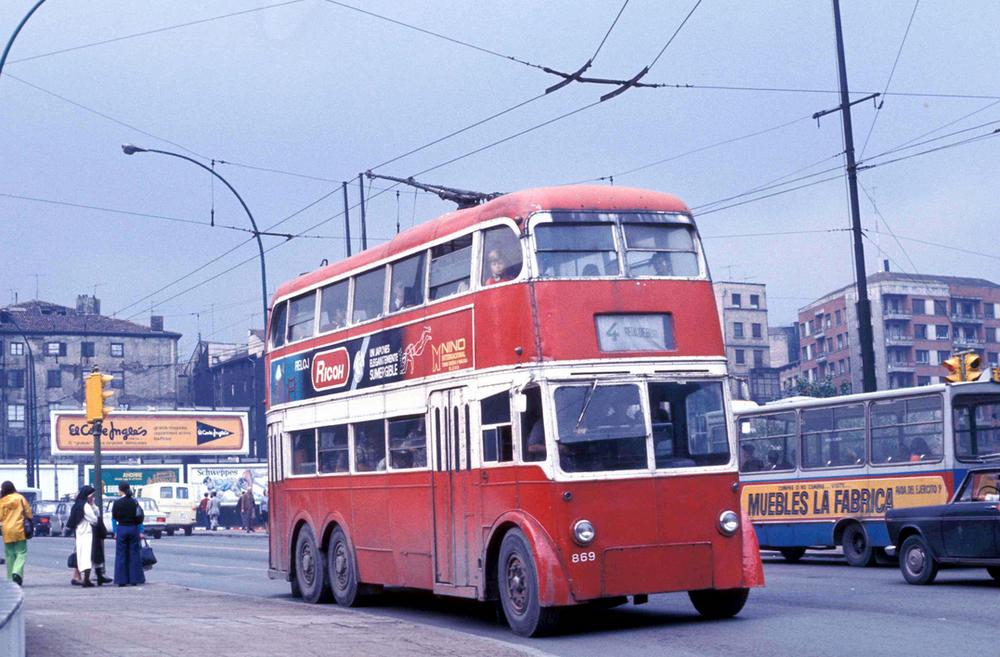 Trolejbus typu Q1 ve španělském Bilbau dne 19. 9. 1974. Původním působištěm tohoto vozidla byl anglický Londýn. Po zrušení místního provozu však bylo celkem 125 trolejbusů odprodáno do Španělska, kde byly zařazeny do provozu v několika městech. I o tomto zajímavém předání se můžete dočíst v nové e-knize. (foto: John Ward)