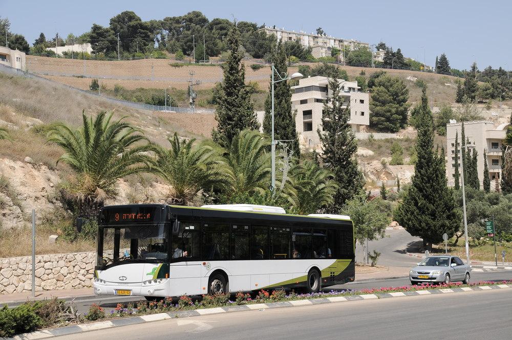 Kromě linkových vozů jsou oblíbené také městské vozy Urbino 12. Mezi březnem a květnem 2016 jich na izraelské silnice přibude 100. (foto: Jan Kosowski)