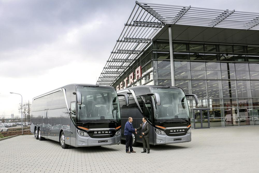 Předání prvních dvou autobusů Setra S 516 HDH portugalskému zákazníkovi v Neu-Ulmu. (foto: EvoBus)