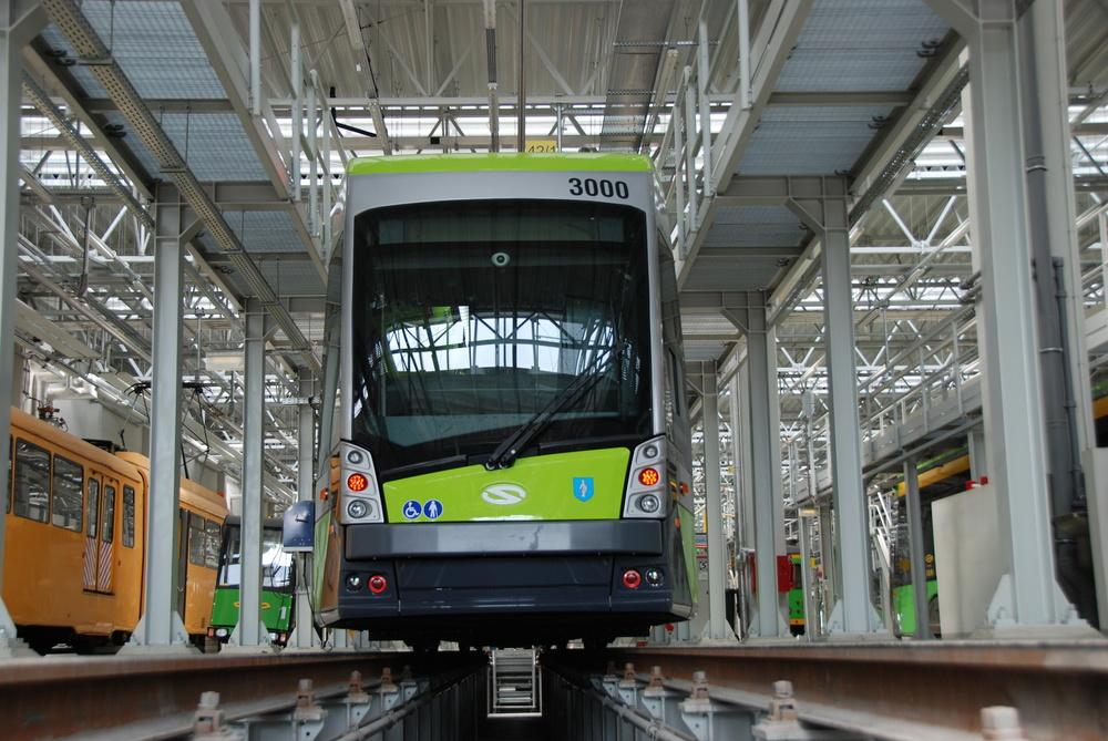 Olsztyn má k dispozici celkem 15 obousměrných vozů Solaris Tramino. Na snímku je vůz ev. č. 3000 zachycený ve vozovně Franowo v Poznani.(foto: Libor Hinčica)