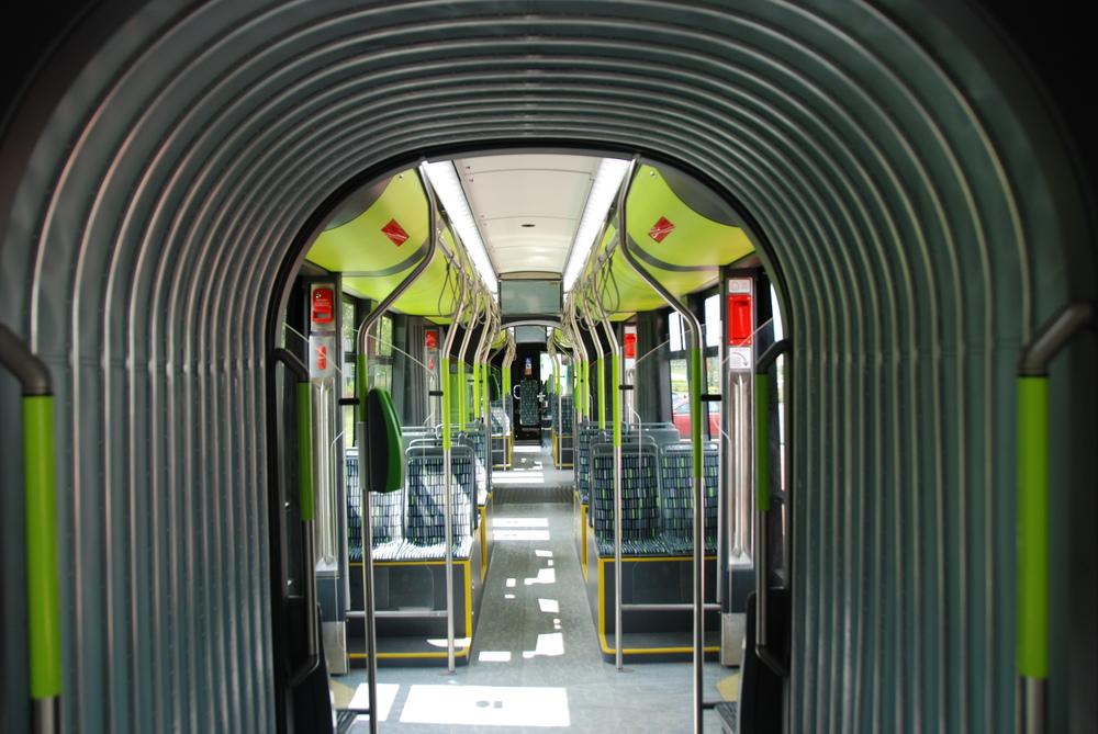 Pohled do interiéru vozu Solaris Tramino skrze přechodový měch mezi články. (foto: Libor Hinčica)