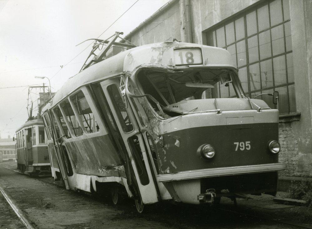 Vůz T3 ev. č. 795 byl po nehodě s domíchávačem betonu v říjnu 1981 první ostravskou tramvají T3, jež musela být vyřazena. (foto: Ing. Rudolf Pavelek)
