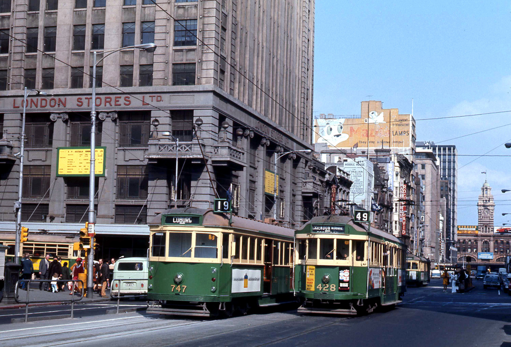 Češi mají svůj fenomén v podobě vozů T3, australské Melbourne zase vozy řady W, které jsou dodnes provozovány na okružní turistické lince. Tyto vozy si vyráběl dopravce sám od 20. let 20. století po dobu tří desítek let v různých sériích. Na snímku vidíme vozy řady W5 ev. č. 747 a W2 ev. č. 428 na křižovatce ulice Elizabeth Street a Bourke Street dne 29. 9. 1979. (foto: John Ward)
