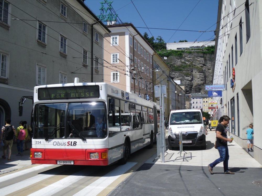 Trolejbus zachycený na nové pěší zóně v centru města, kde byl omezen průjezd trolejbusů odkloněním linek č. 7 a 8. Na snímku je jeden z 22 provozních vozů Gräf & Stift/MAN typu NGT 204 M 16 ev. č. 234. (foto: Gunter Mackiner)