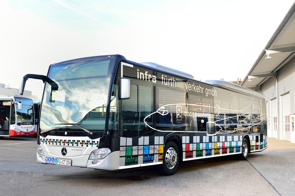 Jeden ze sedmi nových autobusů Mercedes-Benz Citaro LE u infra fürth verkehr gmbh. Tento vůz navíc odpovídá provedení Citaro LE Ü, tedy příměstské verzi. (foto: EvoBus)