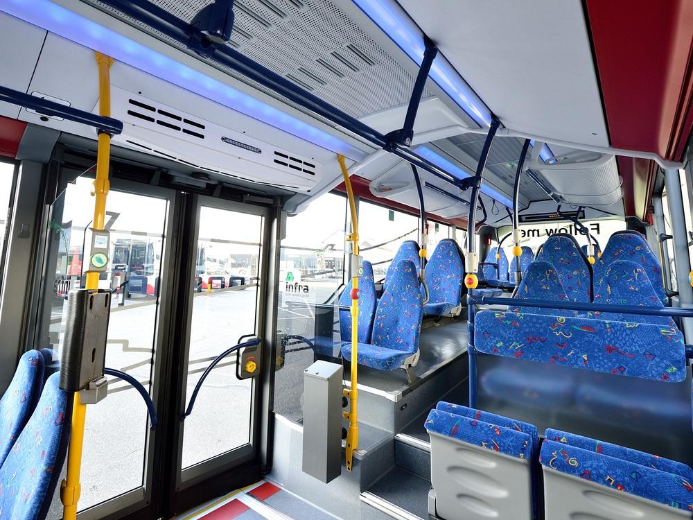Pohled do interiéru autobusu Mercedes-Benz Citaro LE Ü s dobře patrnou vzduchovou clonou nade dveřmi. (foto: EvoBus)