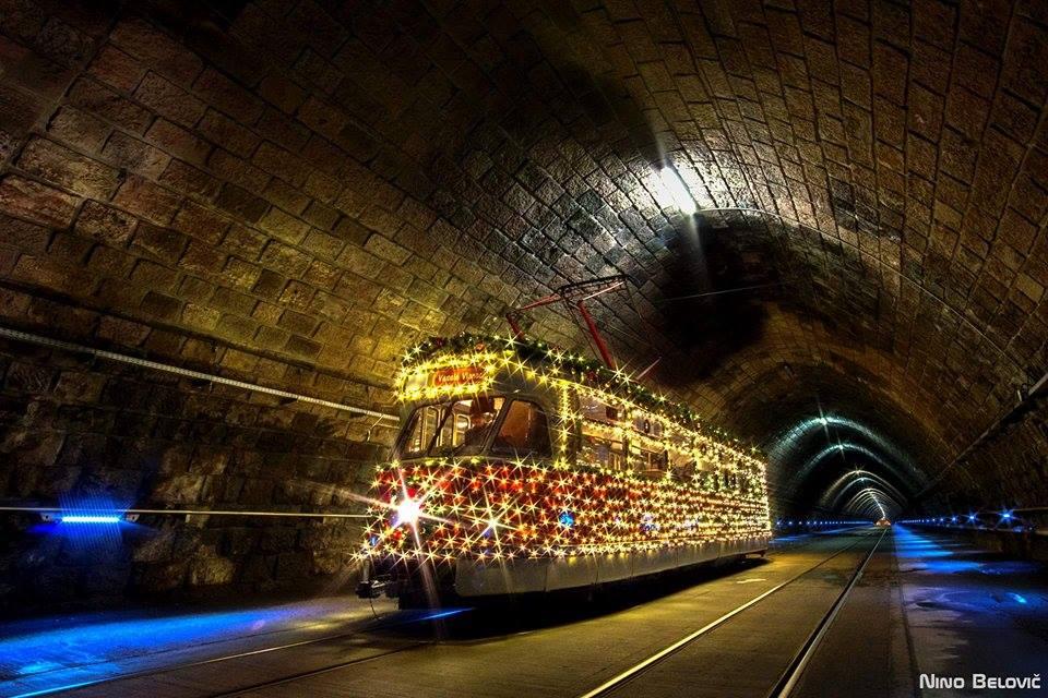 Vůz T2 ev. č. 215 v tunelu pod Bratislavským hradem. (foto: Nino Belovič)