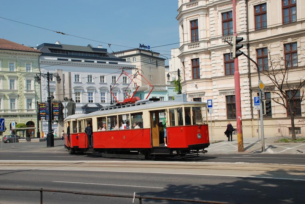 Vůz ev. č. 38 na ilustračním snímku z jara 2013. Tramvaj byla vyrobena v roce 1958 a je považována za poslední dvounápravový vůz zkonstruovaný v Československu. (foto: Libor Hinčica)