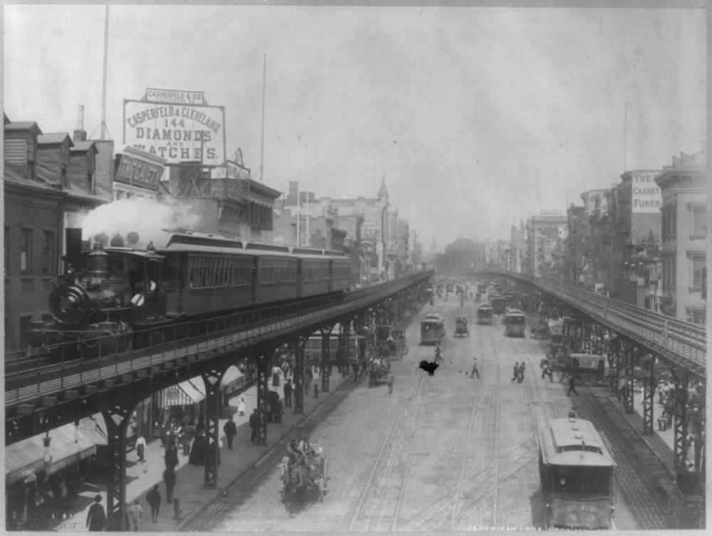 Tramvaje většinou nadzemních drahám musely ustoupit. Zde však vidíme ještě čilý dopravní ruch pozemní a nadzemní kolejové dopravy v New Yorku. (zdroj: Wikipedia.org)