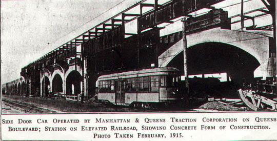 Stanice nadzemní dráhy společně s jednou z tramvají na bateriový pohon. Provoz těchto nízkopodlažních vozů ovšem nebyl v New Yorku příliš úspěšný. (zdroj: Wikipedia.org)