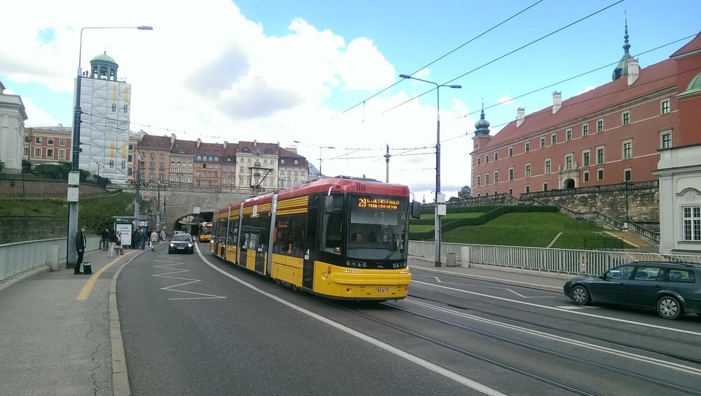 PESA JAZZ v ulicích Varšavy. Celkem odebrala metropole Polska 85 vozů, kvůli protahujícím se zkouškám však nebyly všechny do konce roku 2015 předány tak, jak původně stanovila smlouva. (foto: Ing. Jan Fedor)
