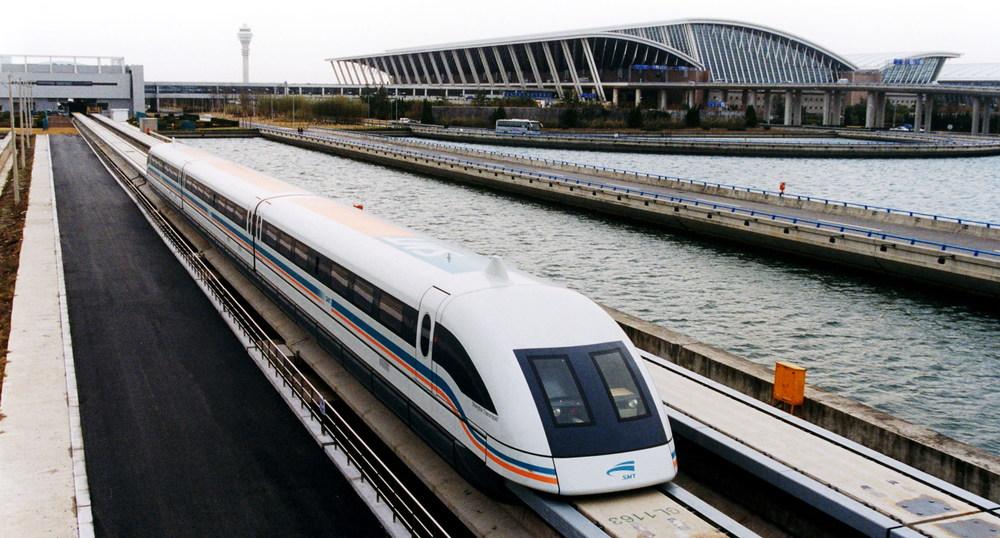 """Někdy je jako metro započítávána i trasa Maglevu - speciální dráhy na magnetickém polštáři spojující Šanghaj s 30 km vzdáleným letištěm. Nicméně toto """"metro"""" je přece jen poněkud extrémně rychlé. Jeho rychlost dosahuje průměrně 220 km/h. (zdroj. Wikipedia.org)"""