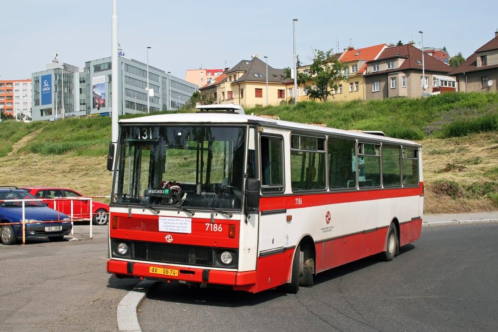 S Karosami řady B 730 se už v Praze nepotkáme. Na snímku je vůz Karosa B 731.1667 ev. č. 7186 z garáží Řepy, jenž se stal posledním zástupcem DP vypravovaným na pravidelné linky PID s plastovými orientacemi zobrazujícími číslo linky a vybrané zastávky její trasy. Dne 11. června 2010 byl naposledy nasazen na 1. pořadí linky 131 a vyfotografován v autobusovém obratišti Bořislavka s tabulkou připomínající tuto skutečnost. (foto: Roman Vanka)