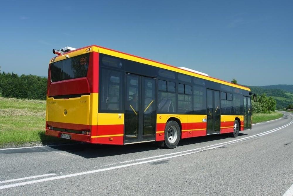 Pohled na autobus SANCITY 12 M zezadu. (zdroj: Autosan.pl)