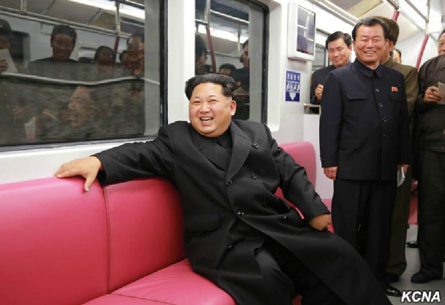 Radostí zářicí vůdce KLDR Kim Čong-un během první zkušební jízdy v metru dne 20. 11. 2015. (foto: KCNA)