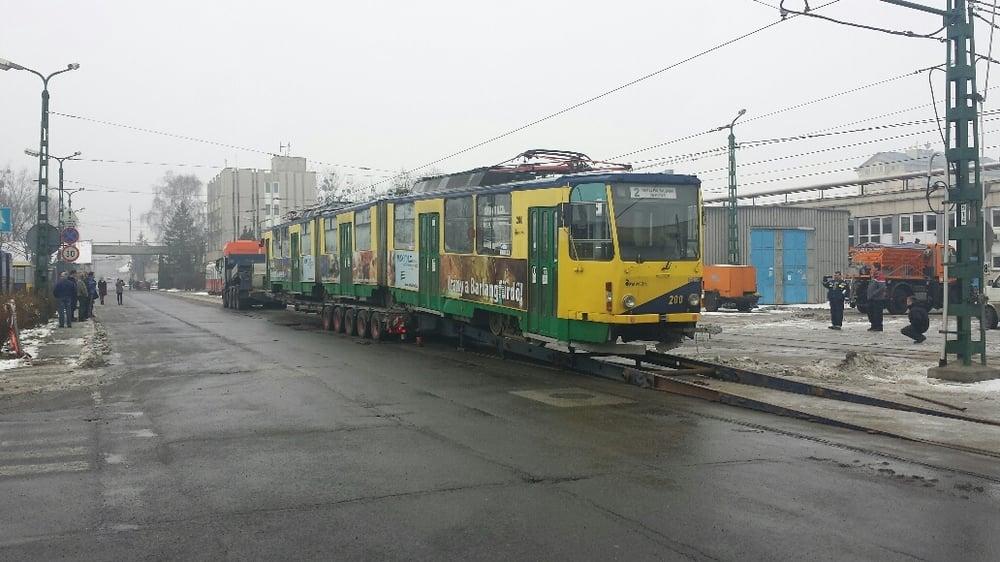 Vůz KT8D5 ev. . 200 při nakládce na trajler společnosti UNIVERSAL TRANSPORT v areálu vozovny tramvají v Miskolci. (foto: UNIVERSAL TRANSPORT)