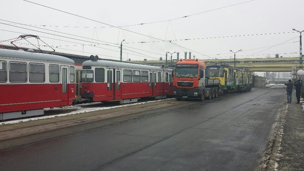 Naložený vůz KT8D5 ev. č. 200 v Miskolci dne 8. 1. 2016. Na levé straně je možné vidět odstavené tramvaje původem z Vídně. (foto: UNIVERSAL TRANSPORT)