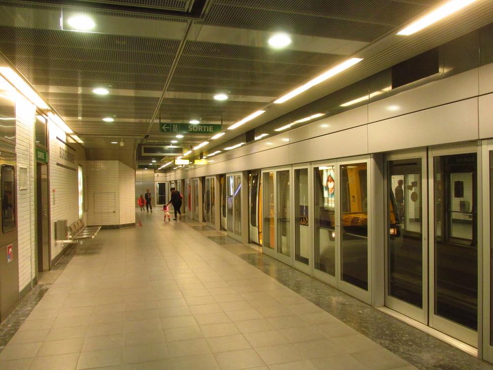 Prostor kolejí je oddělen prosklenými zábranami. Ty se otevírají až po příjezdu metra. Všechny bude zapotřebí na trase A upravit, částečně i dostavět. (foto: Ing. Filip Jiřík)