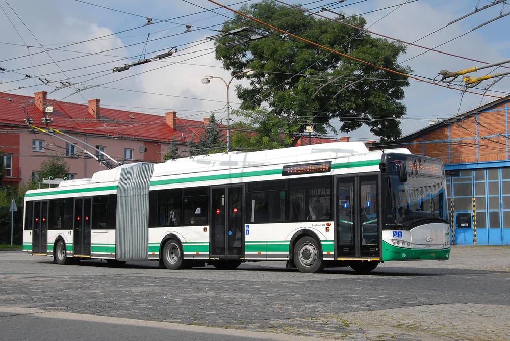 V Eberswalde provozují první parciální trolejbus/elektrobus na světě, alespoň to o sobě místní dopravce tvrdí. S provozem trolejbusů s bateriemi počítají také další německá města. O trolejbusech však záměrně nehovoří. Na snímku je trolejbus pro Eberswalde v ostravské trolejbusové vozovně. (foto: Cegelec a. s.)