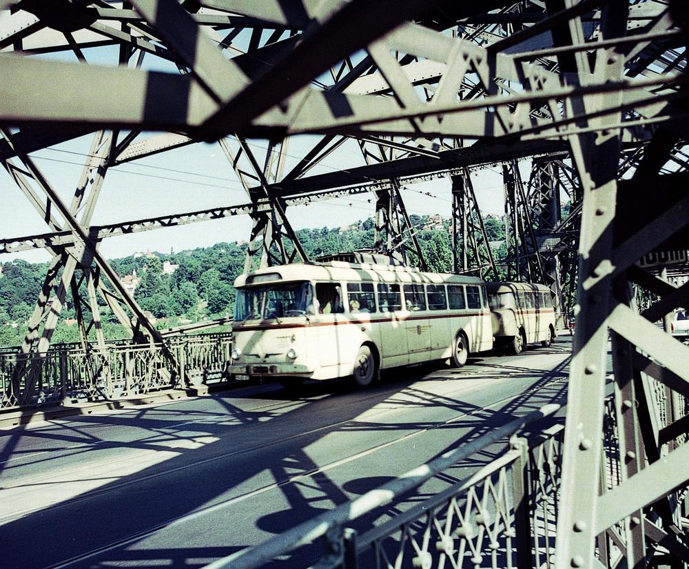 V minulosti jezdily v Drážďanech trolejbusy, včetně těch československých (na snímku vůz Škoda 9 Tr). Nyní se zvažuje, že by se mohlo trolejové vedení objevit přinejmenším v příkré ulici Grundstraße, z níž právě přijel trolejbus na snímku. (foto: DVB AG)