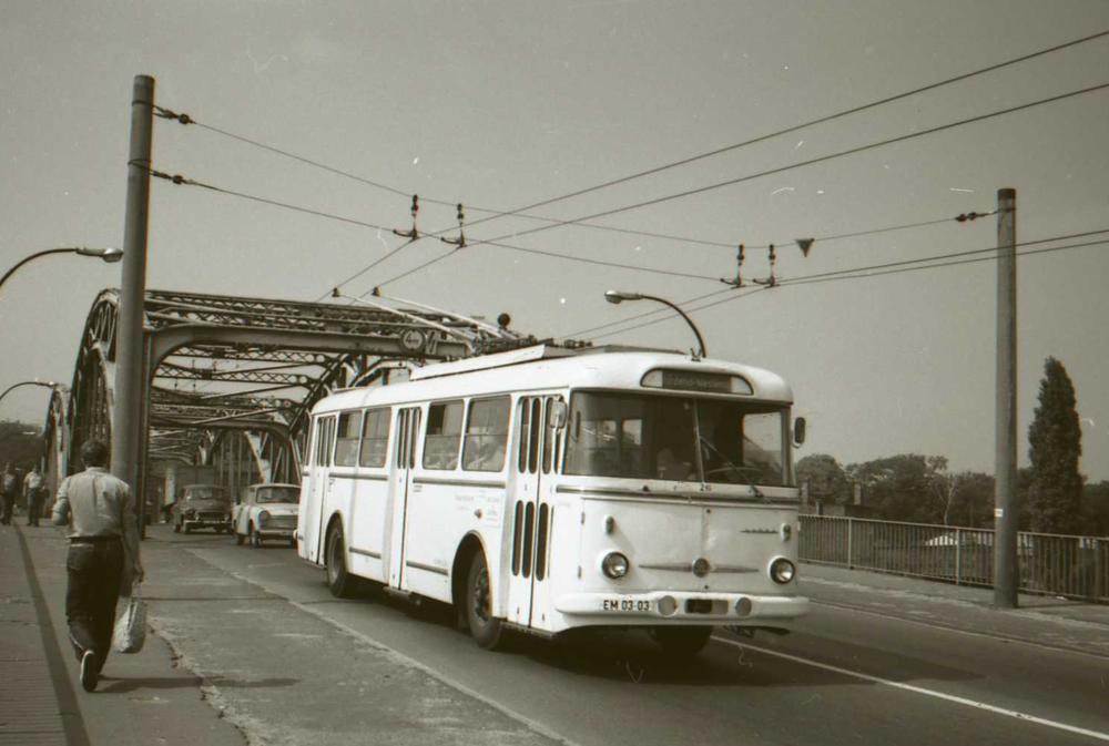 V řadě (východo)německých měst sloužily v minulosti také československé trolejbusy Škoda 9 Tr. Na snímku je jeden z vozů v německém Eberswalde zachycený v srpnu 1974. Eberswalde je jedno ze tří německých měst, které si svůj trolejbusový provoz udrželo. (foto: Zdeněk Nesiba)