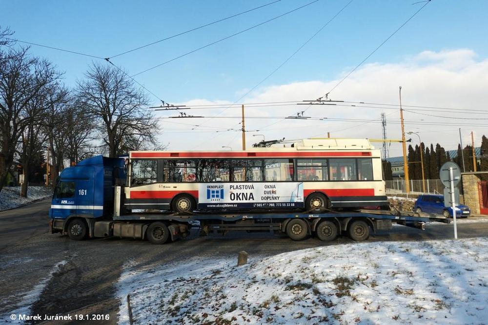 Vůz ev. č. 61 opouští jihlavskou trolejbusovou vozovnu. V Brně půjde s rokem výroby 2004 o nejnovější sólo trolejbus. (foto: Marek Juránek)