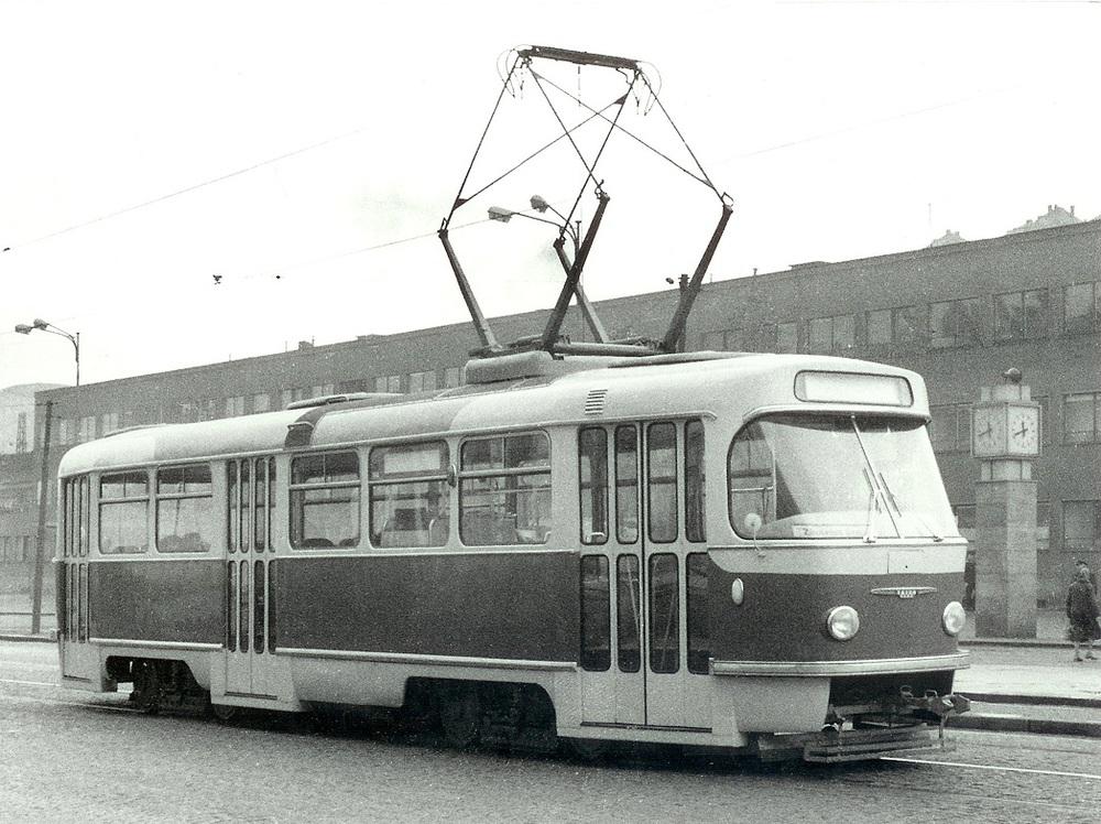 Pohled na prototyp vozu Tatra T3 během zkušebních jízd v roce 1960. Na čele je možné vidět ozdobnou lištu a ze snímku je i dobře patrné jiné řešení základny sběrače či dveří. (sbírka: Libor Hinčica)
