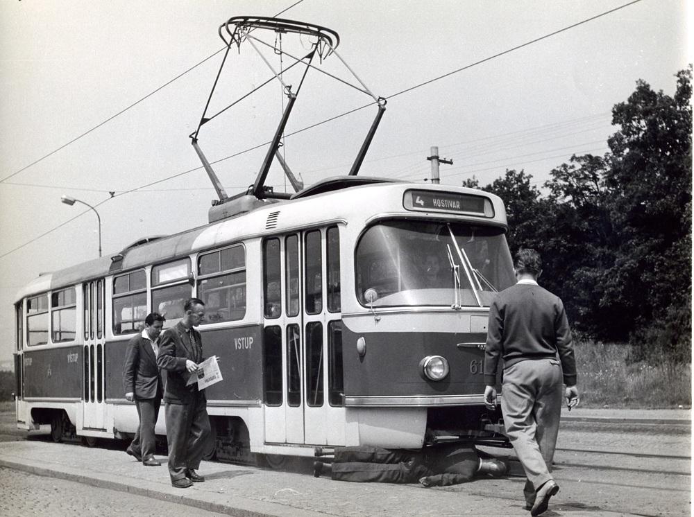 Prototyp tramvaje T3 během zkoušek bezpečnostního rámu. (sbírka: Libor Hinčica)