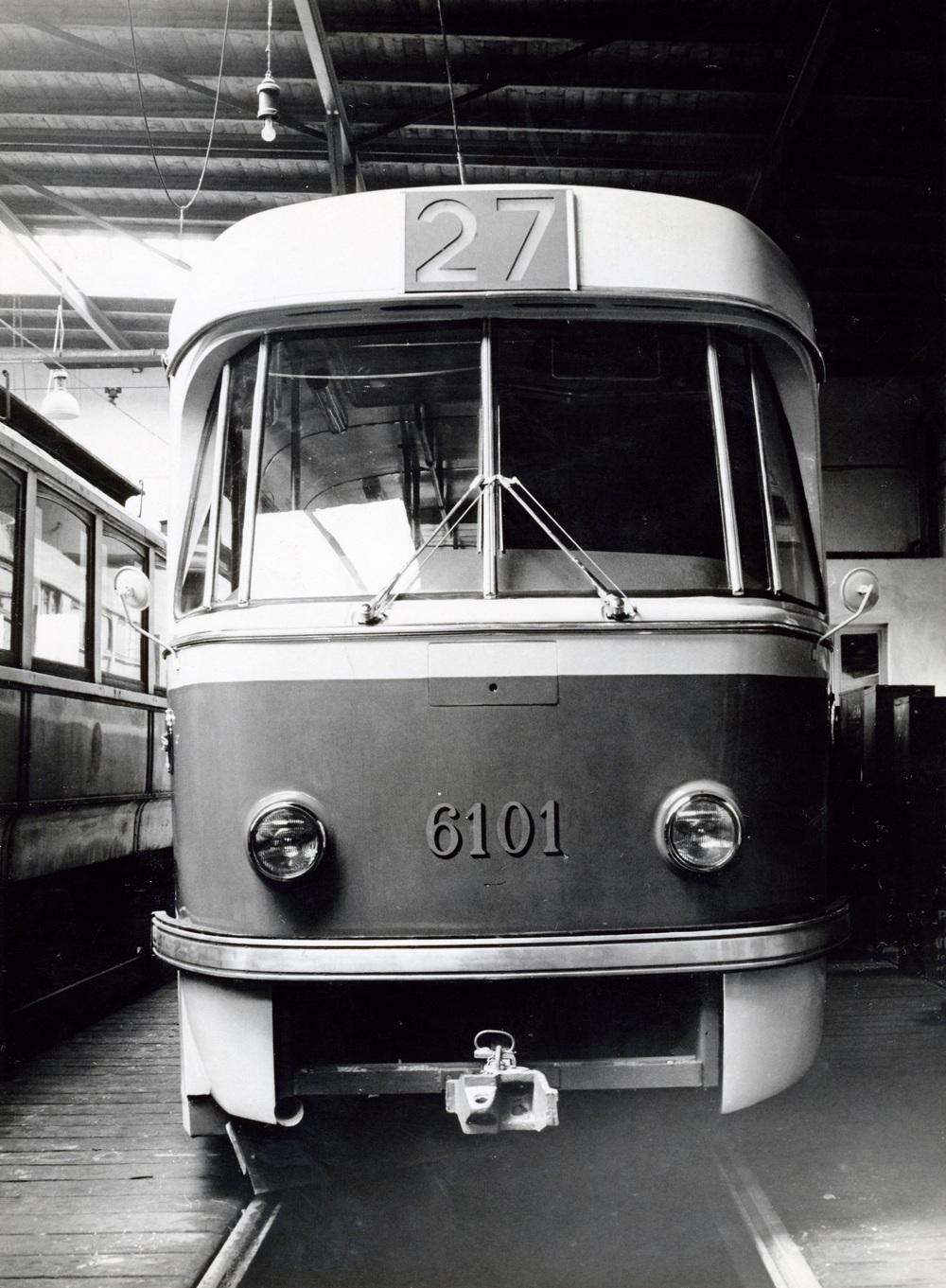 Vůz T3 po opravě v roce 1963. Tramvaj získala zkušební transparent a nové zasklení pomocí šesti rovných skel. (sbírka: Libor Hinčica)