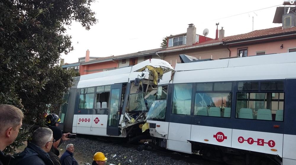 Nehoda dvou tramvají Škoda 06 T si vyžádala 85 zraněných, většina však byla zraněna jen lehce. (foto převzato z www.sardiniapost.it)
