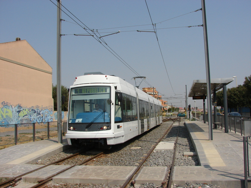 Novotou zařící vůz budoucího ev. č. CA 04 na jedné z tramvajových výhyben na trati během zkoušek v srpnu 2007. Právě tento vůz byl jedním z účastníků úterní nehody. (foto: Libor Hinčica)