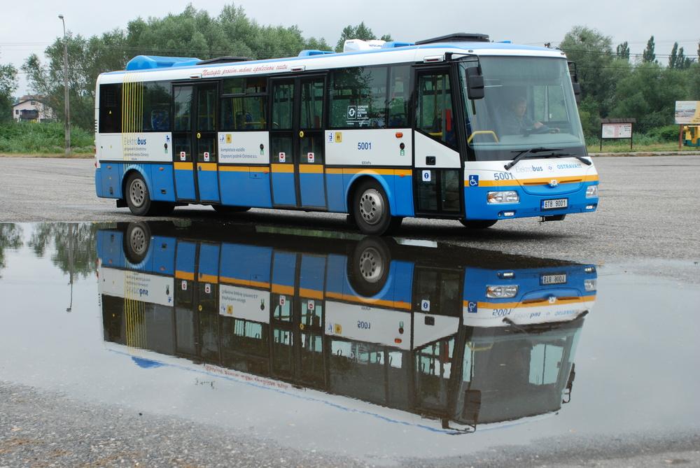 První elektrobus značky SOR zařadil do svého vozového parku DP Ostrava (vůz na ilustračním snímku). Dnes je možné nalézt v ČR elektrobusy SOR ve službách DP v Ostravě, v Praze a v Hradci Králové, na Slovensku poté u DP Košice. Soukromá společnost provozuje elektrobusy u nás zatím jediná - ARRIVA. Po lince v Jeseníkách zahájí nyní také provoz se dvěma vozidly SOR EBN 9,5 na linkách BB1 a BB2 v Praze. (foto: Libor Hinčica)