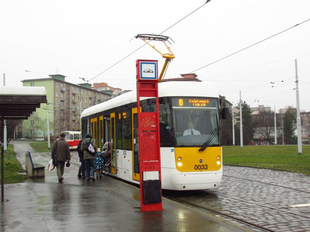 Cestující v nástupní zastávce Spořilov využívají s kočárkem nízkopodlažní spoj na lince č. 6 obsloužený vozem EVO1 č. 0033. (foto: Ing. Filip Jiřík)