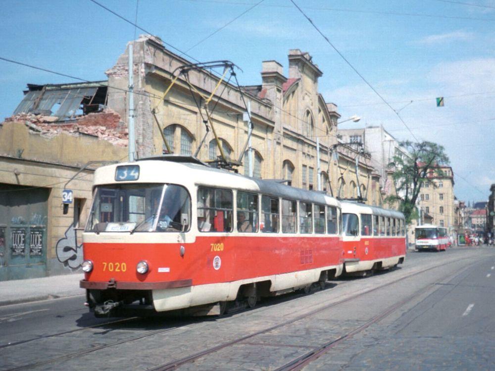 Normal   0       21       false   false   false     CS   X-NONE   X-NONE                                                                                                                                                                                                                                                                                                                                                                                                                                                                                                                                                                                                                                                                                                                                                                                                                                                          Tramvaj T3SU č. 7020 projíždí v soupravě s T3 č. 6653 poblíž zastávky Anděl dne 27. 5. 1998 kolem pozůstatků závodu, kde byla vyrobena. (foto: Ing. Filip Jiřík)
