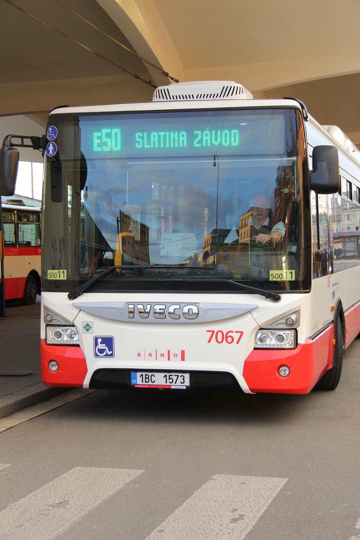 Autobusová linka E50 je v Brně stále ještě novinkou. Spuštěna byla teprve v prosinci a zájem o svezení s ní předčil očekávání dopravce. (foto: DPMB)