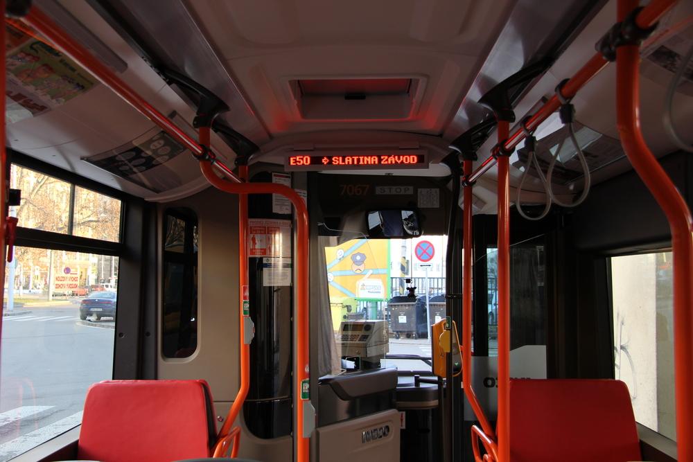 Pohled do interiéru vozu Iveco Urbanway 12M CNG brněnského DP. (foto: DPMB)