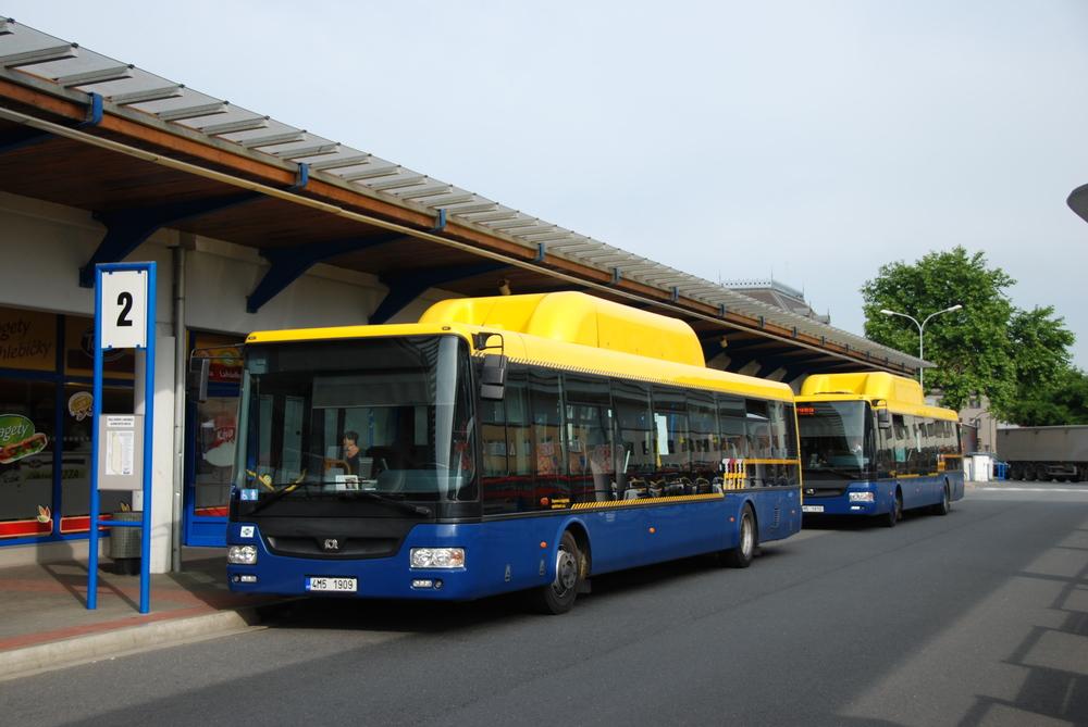 ARRIVA MORAVA převzala od dopravce DLS i autobusy. Vozy SOR NBG 12 jsou zachyceny na autobusovém nádraží v Přerově v létě 2015. (foto: Libor Hinčica)