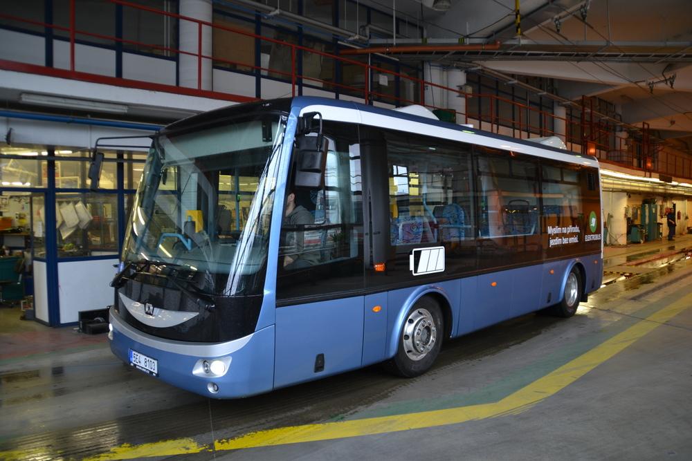 Elektrobus SOR EBN 8 v areálu vozovny Komín. (foto: Ing. Jiří Černý, DPMB)