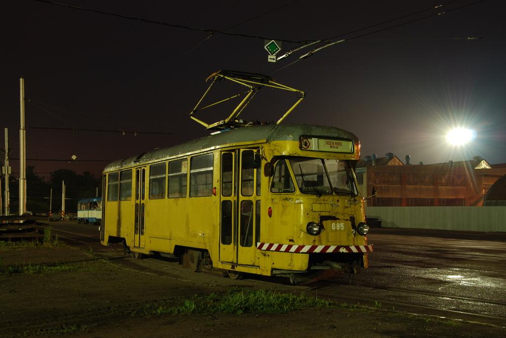 Vůz ev. č. 685 v areálu dílen ostravského DP v roce 2011. (foto: Libor Hinčica)