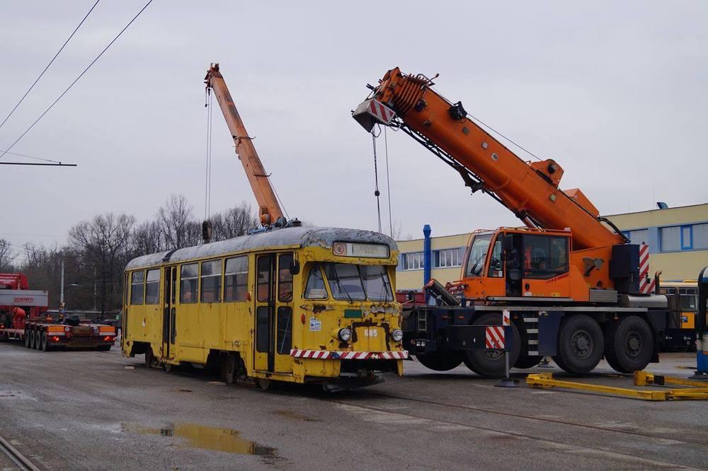 Nakládka vozu v Ostravě dne 11. 2. 2016. (foto: Jakub Svoboda)