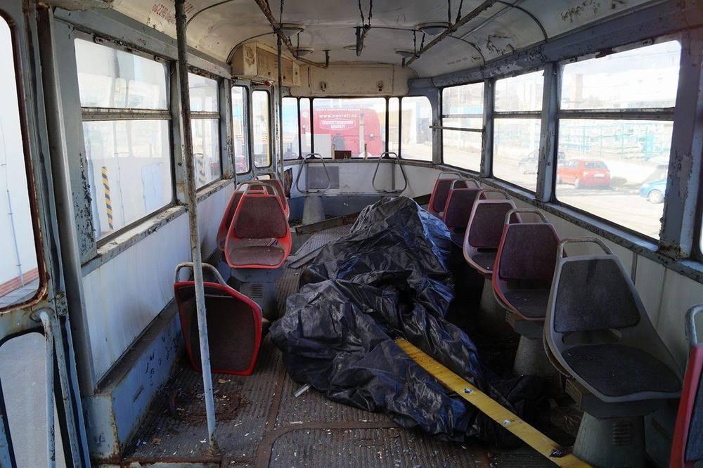 Oprava tramvaje bude vyžadovat značné úsilí. Naposledy svezl vůz cestující v roce 2001 v rámci oslav 100. výročí MHD. Interiér nebyl po převedení do stavu služebních vozidel prakticky nijak upravován. (foto: ČS Dopravák)