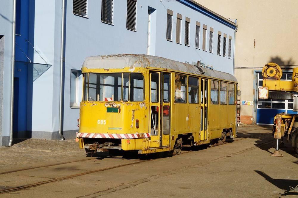 Pohled zezadu na vůz T2 ev. č. 685 po složení v brněnských ústředních dílnách. (foto: Jakub Svoboda)