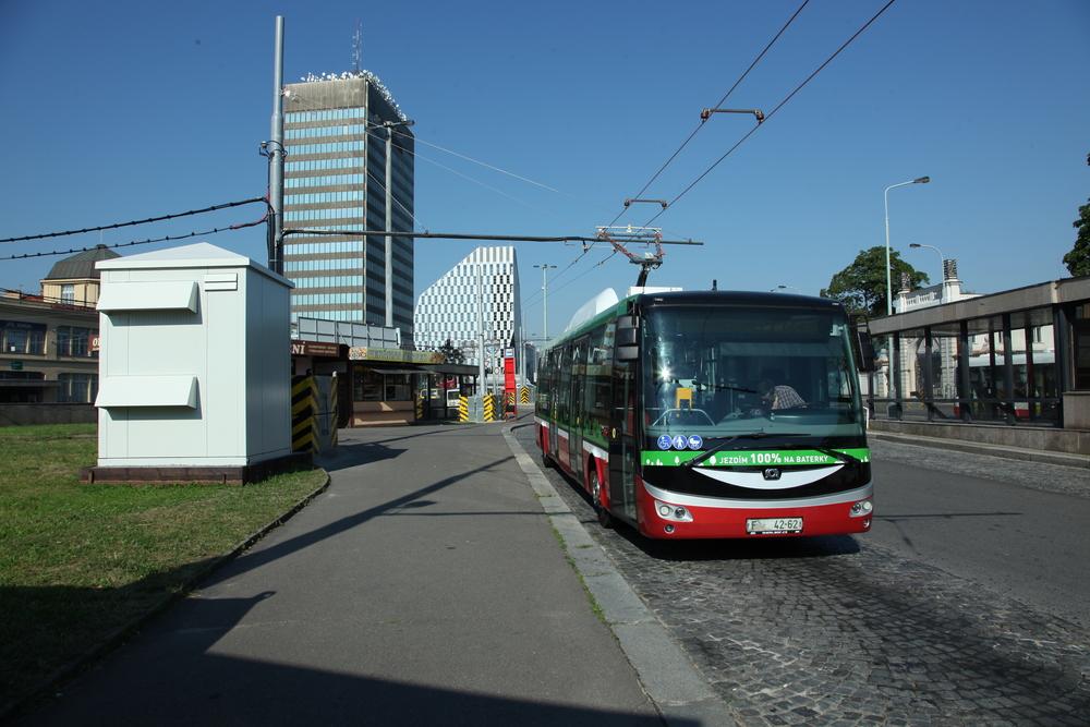 Elektrobus na konečné Želivského. Napájení je realizováno pomocí dvojice drátů, které připomínají trolejbusové trolejové vedení. (foto: Cegelec a. s.)