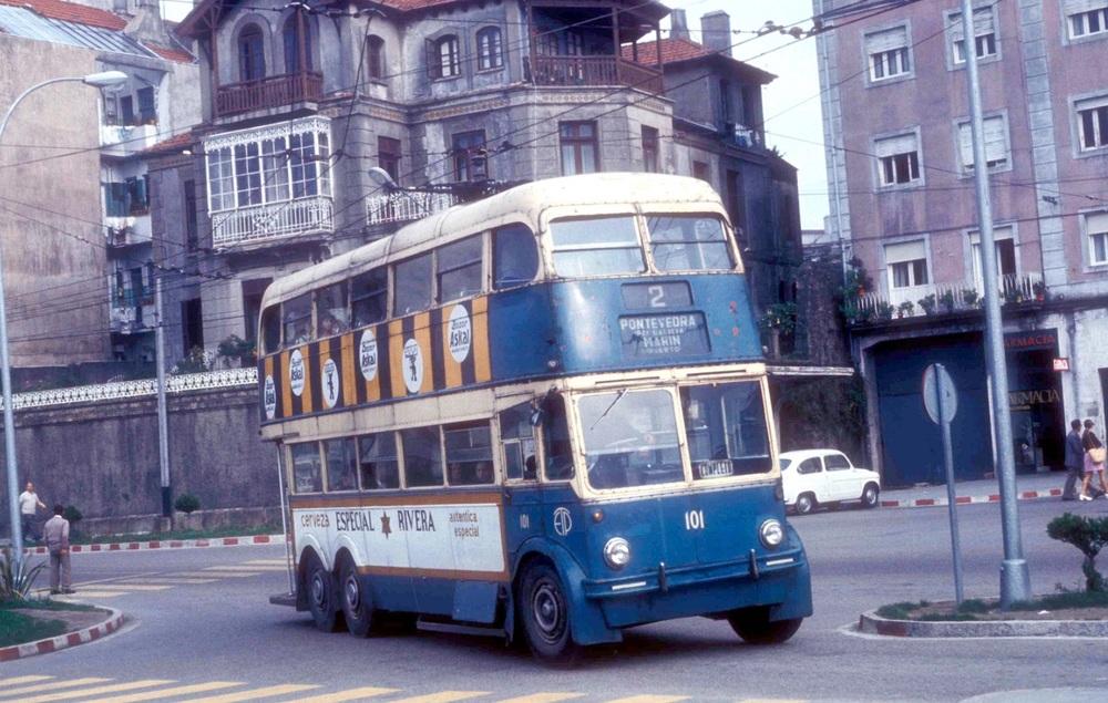 Ex-londýnský trolejbus v modrém laku ve španělském městě Pontevedra v září 1974. (foto: John Ward)